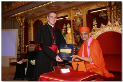 Acharya Swamishree presents the Vachanmrut Rahasyarth Pradeepika Tika to the Emissary of The Archbishop of the Diocese of Westminster Bishop Arnold