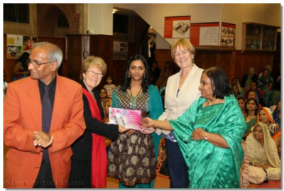 Shree Jay Lakhani (Director of the Hindu Academy), Cllr Alison Moore (Leader of the Labour Group Barnet), Cllr Tambourides( Member Cabinet Conservative Barnet), Cllr Ansuya Sodha (Labour Barnet), present the Shree Muktajeevan Academy of Excellence certificate to Shree Muktajeevan Swamibapa Jewel Award Winner Darshana Naran Patel