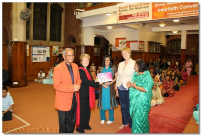 Shree Jay Lakhani (Director of the Hindu Academy), Cllr Alison Moore (Leader of the Labour Group Barnet), Cllr Tambourides( Member Cabinet Conservative Barnet), Cllr Ansuya Sodha (Labour Barnet), present the Shree Muktajeevan Academy of Excellence certificate to Shree Muktajeevan Swamibapa GCSE Jewel Award Winner Darshna Harish Pindoriya