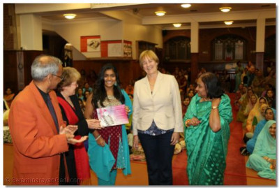 Shree Jay Lakhani (Director of the Hindu Academy), Cllr Alison Moore (Leader of the Labour Group Barnet), Cllr Tambourides( Member Cabinet Conservative Barnet), Cllr Ansuya Sodha (Labour Barnet), present the Shree Muktajeevan Academy of Excellence certificate to Shree Muktajeevan Swamibapa GCSE Jewel Award Winner Anjna Gopal Bhudia