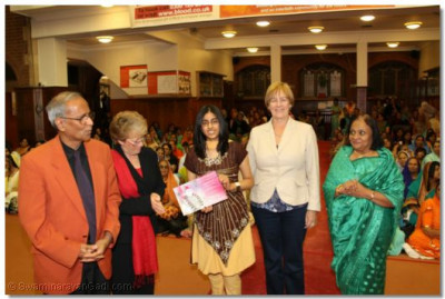 Shree Jay Lakhani (Director of the Hindu Academy), Cllr Alison Moore (Leader of the Labour Group Barnet), Cllr Tambourides( Member Cabinet Conservative Barnet), Cllr Ansuya Sodha (Labour Barnet), present the Shree Muktajeevan Academy of Excellence certificate to Shree Muktajeevan Swamibapa GCSE Jewel Award Winner Amisha Hashmukh Sanghani