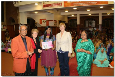 Shree Jay Lakhani (Director of the Hindu Academy), Cllr Alison Moore (Leader of the Labour Group Barnet), Cllr Tambourides( Member Cabinet Conservative Barnet), Cllr Ansuya Sodha (Labour Barnet), present the Shree Muktajeevan Academy of Excellence certificate to Shree Muktajeevan Swamibapa GCSE Jewel Award Winner Aniksha Ramesh Sanghani