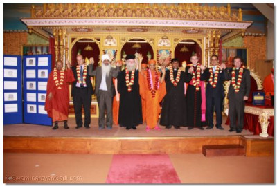 Ven. H Mahinda Mayajetaro, (Maha Saddammahjothikadhaja Buddhist Temple), Rabbi Mark Goldsmith (Alyth Reform Synagogue and Chair of Assembly of Reform Rabbis UK), Sukhbir Singh (Guru Nanak Nishkam Sewak Jatha (GNNSJ)), The Emmisary of the Archbishop Gregorios of Thyateira and Great Britain Revd Deacon Meliton, His Divine Holiness Acharya Swamishree, Emissary of The Archbishop Canterbury Revd Khan Revd Rex Morton (Golders Green Parish Church), Mr Alnoor Samji (Council Member for External Affairs and Outreach, Aga Khan Insitute), and Revd Khan Revd Rex Morton (Golders Green Parish Church) join hands in an inspiring joint show of interfaith harmony