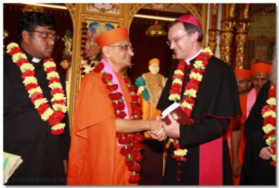 The Emissary of The Archbishop of the Diocese of Westminster Bishop Arnold thanks and bids Acharya Swamishree farewell