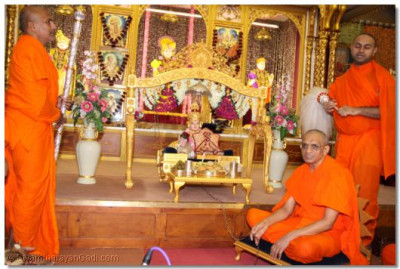 Acharya Swamishree swings the Lord during the utsav