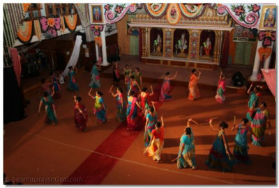 The ladies of the congregation perform an energetic and entertaining dandiya raas routine