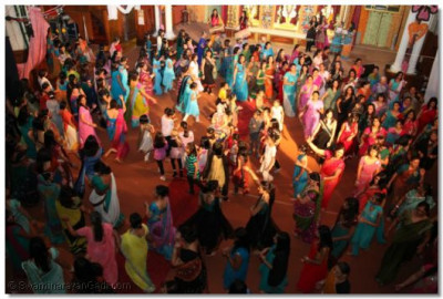 All the female congregation in a samooh raas