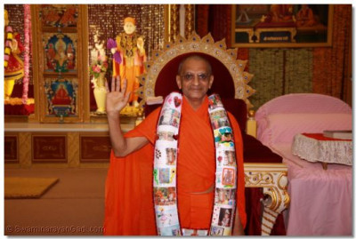 Divine darshan of His Divine Holiness Acharya Swamishree adorned in the garland made from the cards created by young disciples.