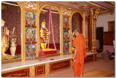 Acharya Swamishree  performs aarti to Lord Shree Swaminarayanbapa Swamibapa at Shree Swaminarayan Temple London