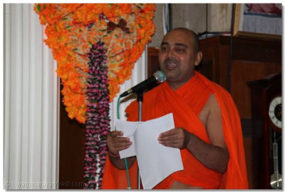 Sant Shiromani Shree Vignanprakashdasji Swami introducing the next kirtan performance