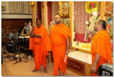 Sants sing during raas to please Lord Shree Swaminarayanbapa Swamibapa
