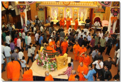 Sants and disciples play raas to please Lord Shree Swaminarayanbapa Swamibapa