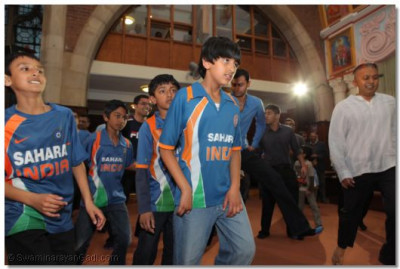 Disciples came garbed in Indian Cricket shirts