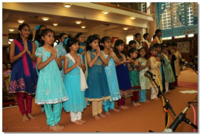 Students sing a prarthna to the Lord