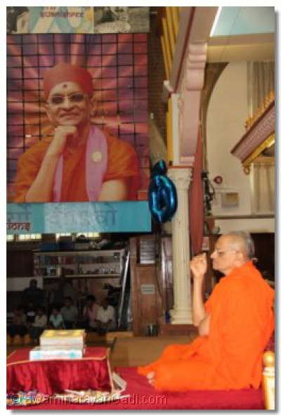 Acharya Swamishree gives darshan during the performance