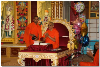 Acharya Swamishree gives His blessings