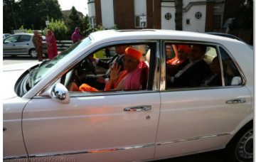 Acharya Swamishree Arrives in London
