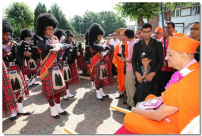 Shree Muktajeevan Pipe Band gives a salute