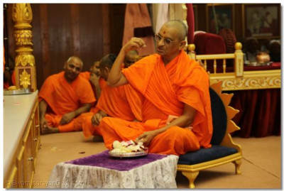 Acharya Swamishree continues the ceremony