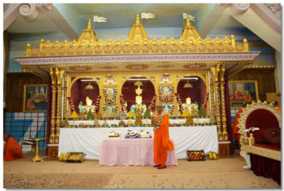 Acharya Swamishree gives darshan in front of the sinhasan
