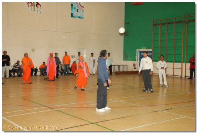 Acharya Swamishree gives darshan playing the volleyball