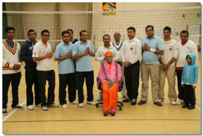 Acharya Swamishree gives darshan to the members of the volleyball players