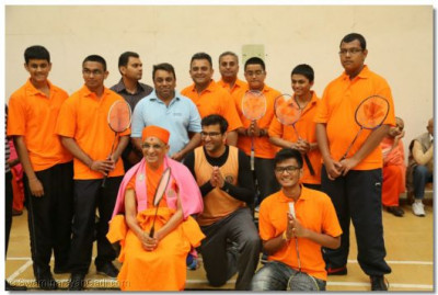 Acharya Swamishree gives darshan to the members of the badminton players