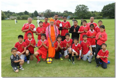 Acharya Swamishree gives darshan to the members of the football team