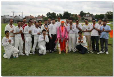 Acharya Swamishree gives darshan to the members of the cricket team