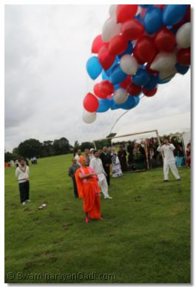 Acharya Swamishree marks the Ramat Utsav visit with a release of balloons