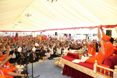Acharya Swamishree's divine blessings commence