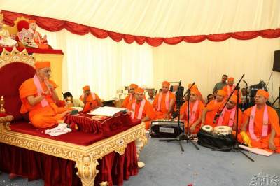 Acharya Swamishree blesses the congregation - the entire event was broadcast live over the internet