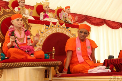 Acharya Swamishree bestows blessings