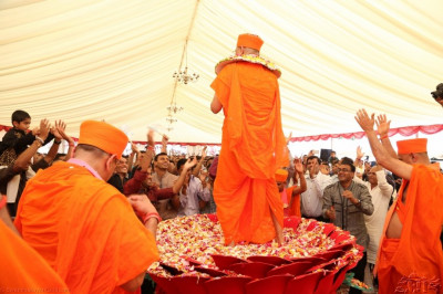 Acharya Swamishree continues to dance for a long time