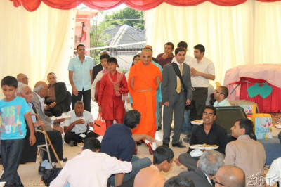 Acharya Swamishree gives darshan to disciples having prasad