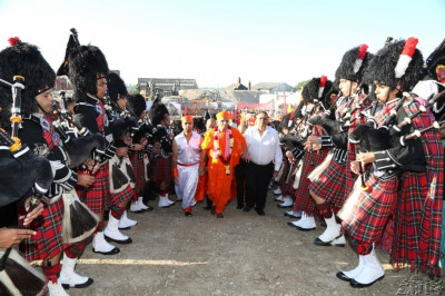The band performs as Acharya Swamishree walks to the viewing platform