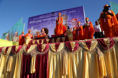 Acharya Swamishree and sants gives darshan on the viewing platform