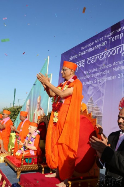 Acharya Swamishree blesses all those who took part in the performance