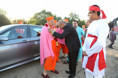 Sunday 9th September, Acharya Swamishree is welcomed onto the complex by the main sponsors of the event