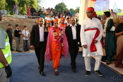 Acharya Swamishree heads towards the sabha mandap