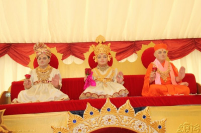 Lord Swaminarayan, Jeevanpran Bapashree and Jeevanpran Swamibapa give darshan in the sabha mandap