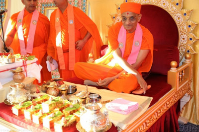 Acharya Swamishree gives darshan on His throne