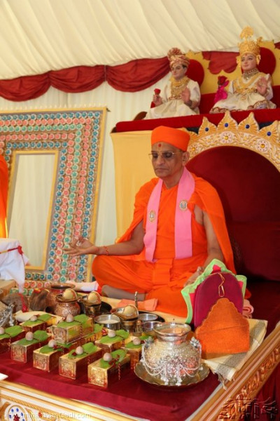 Acharya Swamishree in meditation during the mahapooja