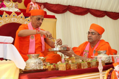 Acharya Swamishree performs the panchamarut bathing of Shree Harikrishna Maharaj � each of the five nectars is poured from a golden conch shell