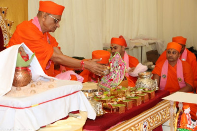 Acharya Swamishree offers prasad to Shree Harikrishna Maharaj