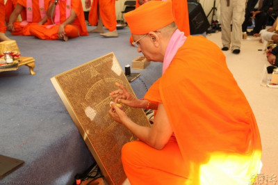 Acharya Swamishree consecrates the Shilanyas Plaque