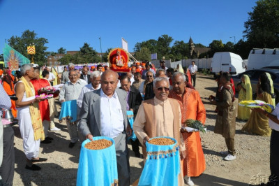 The Shahi Swagat Ceremony � on this special occasion, disciples lead Acharya Swamishree to the assembly marquee, carrying offerings for the Lord
