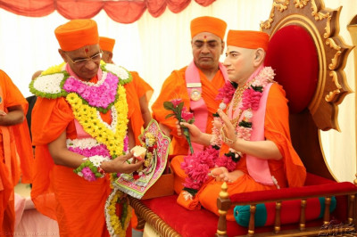 Acharya Swamishree offers cake to Shree Harikrishna Maharaj