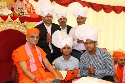 Acharya Swamishree gievs darshan to the disciples who sponsored the event