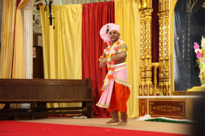 "Sant Shiromani Shree Sarvatmapriyadasji Swami performs the opening dance to the devotional song  ""Juo ne ah divya dhame """